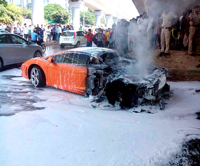 2 5 Cr Lamborghini Gallardo Catches Fire In South Delhi Newsmobile