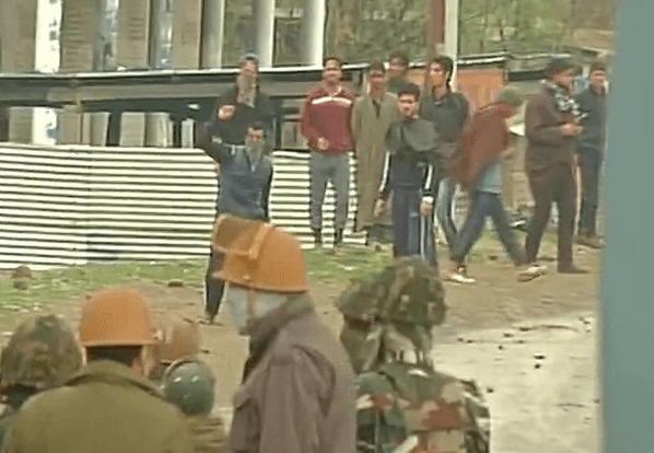 Security forces, encounter, Army jawan, weapon, jammu and kashmir