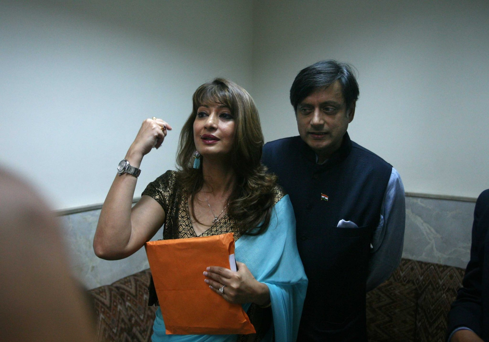 Sunanda Pushkar, Death Case, Shashi Tharoor, granted, bail, Delhi Court, NewsMobile, Mobile news, Politics, India