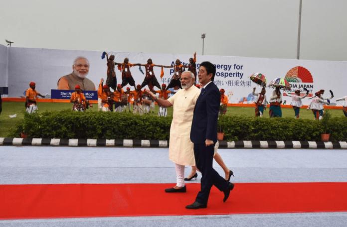 Japanese Prime Minister, Shinzo Abe, Road Show, Prime Minister, Narendra Modi, Ahmedabad, Gujarat, India, NewsMobile, Mobile, News