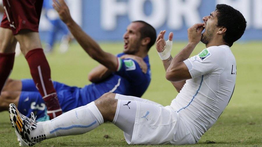 Luis Suárez, Giorgio Chiellini, Uruguay, Italy, FIFA, World Cup, NewsMobile, Mobile news, Sports, India