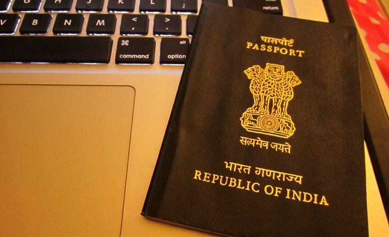 Cop, stoop, new low, ask, woman, journalist, hug, passport, verification, NewsMobile, Mobile news, India, Ghaziabad, Uttar Pradesh