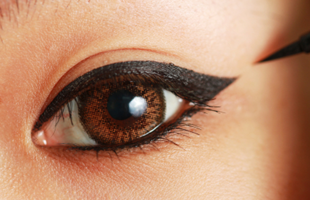 If you wear contact lenses, here are some makeup rules to follow
