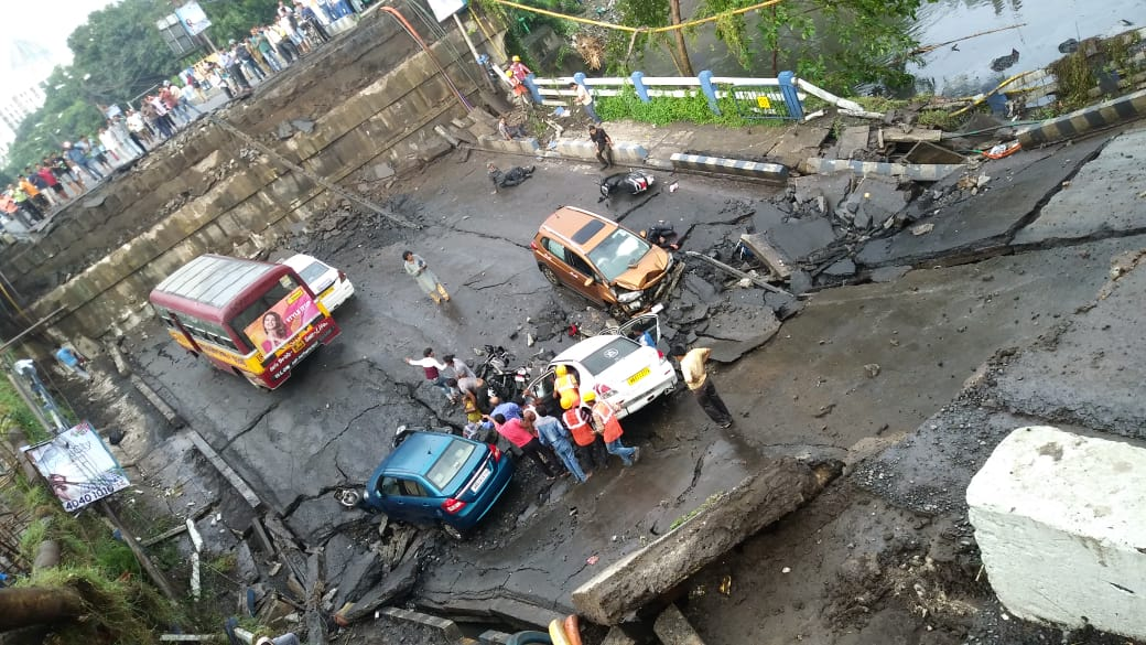 Several, feared, dead, trapped, Majerhat, flyover, collapse, Kolkata, West Bengal, NewsMobile, Mobile News, India