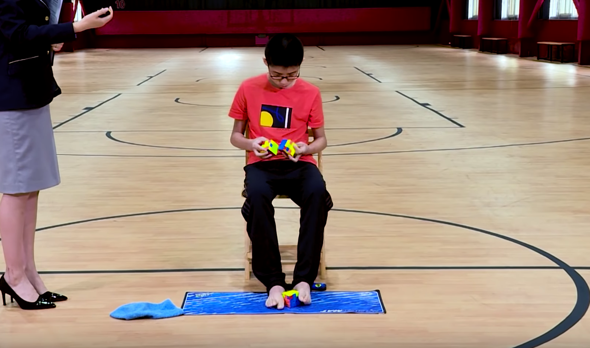 Teenager, Rubik's cube, next level, solve, simultaneously, Que Jianyu, Guinness World Record, NewsMobile, Mobile, News, India, China