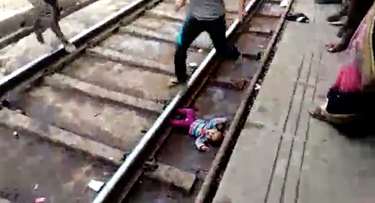 Mathura, One year, Girl, Fall, Train, Track, Samta Express, Agra, Uttar Pradesh, NewsMobile, Mobile, News, India