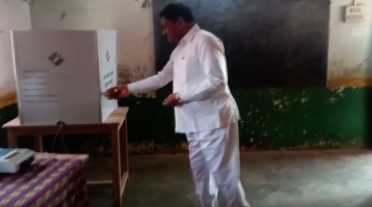 WATCH, Minister, perform, pooja, polling booth, Chhattisgarh, Voting, Elections, Battle for States, NewsMobile, Mobile, News, India