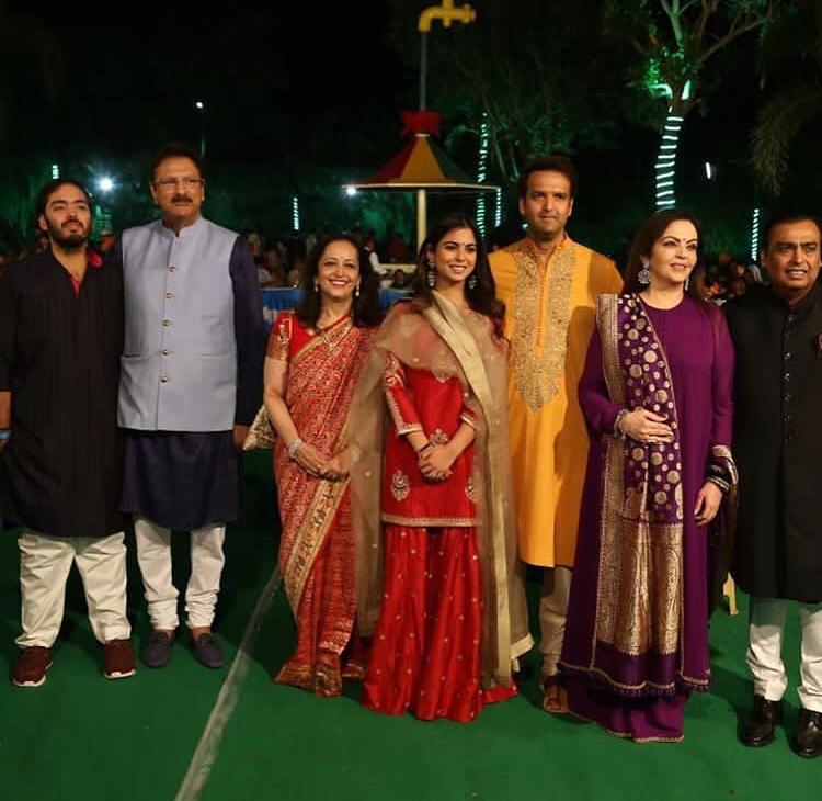 Hilary Clinton, Shah Rukh Khan,Katrina Kaif,Aishwarya Rai Bachchan, Priyanka Chopra, Nick Jonas,Salman Khan,Karan Johar, Mukesh Ambani, Nita Ambani, Isha Ambani, Anand Piramal, News Mobile, News Mobile India