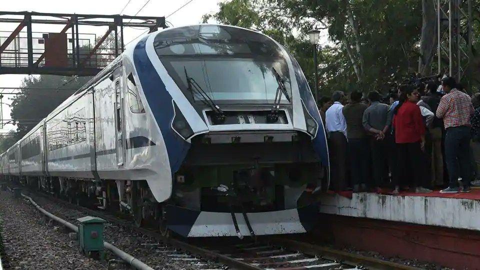 Train 18, Prime Minister, Narendra Modi, Flag off, India Railways, Railways, Delhi, Varanasi, NewsMobile, Mobile, News, India, Piyush Goyal