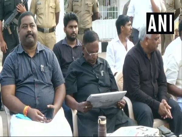 CM, Dharna, Kiran Bedi, V Narayanasamy, News Mobile, News Mobile India