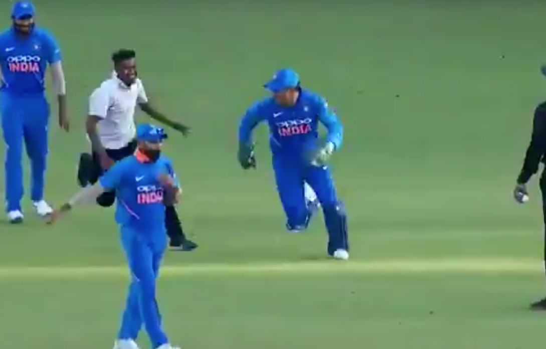 WATCH, Video, Viral, MS Dhoni, Cricket, Cricketer, Nagpur, ODI, Australia, Run, field, NewsMobile, Mobile, News, India