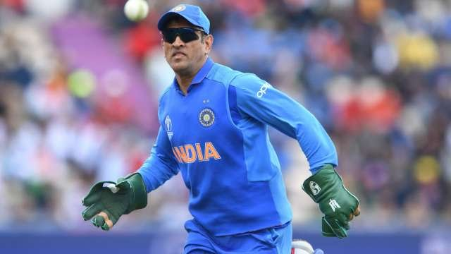 Balidaan, MS Dhoni, Sports, NewsMobile, Mobile, News, Sports, Para Military, Indian Army, Sports, India, Gloves, Wicket Keeping