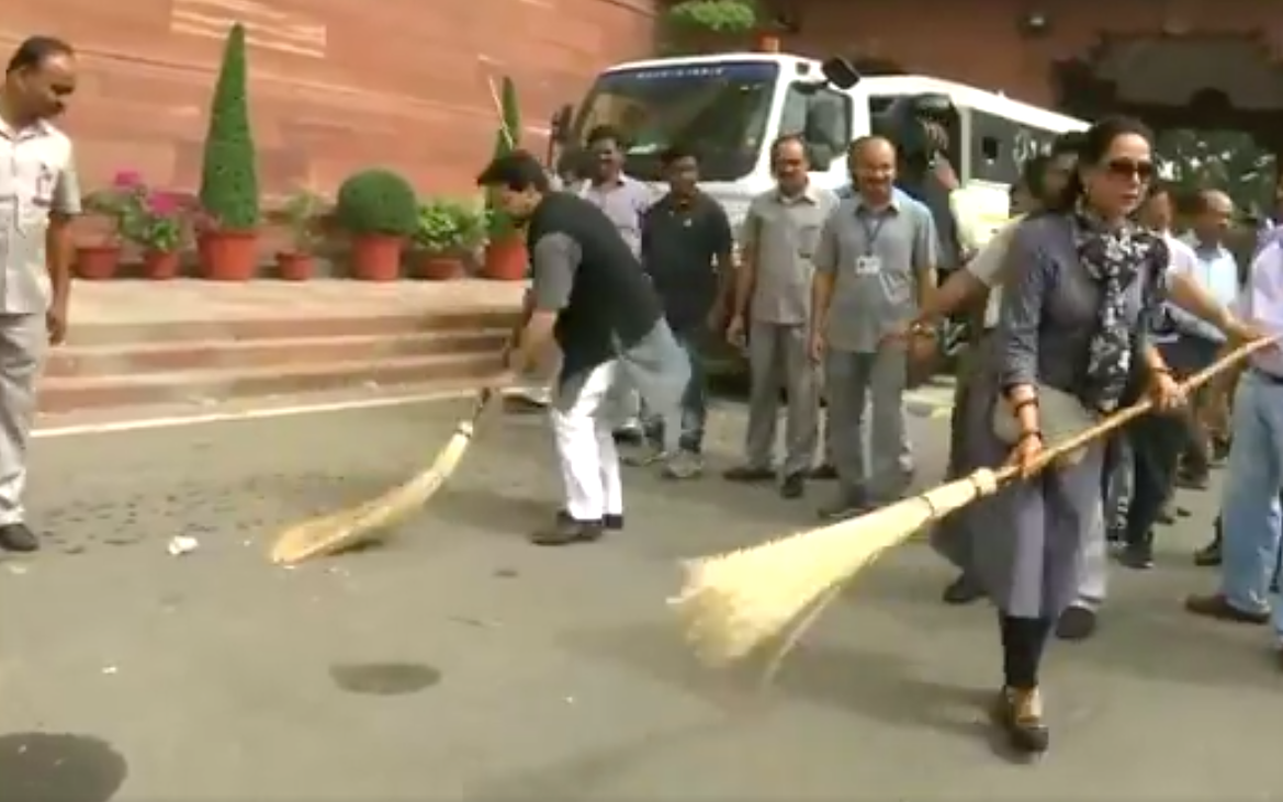 Parliamentarians, Broom, Swachaa Bharat Abhiyan, Parliament, NewsMobile, Mobile, News, India, Hema Malini, Rajnath Singh