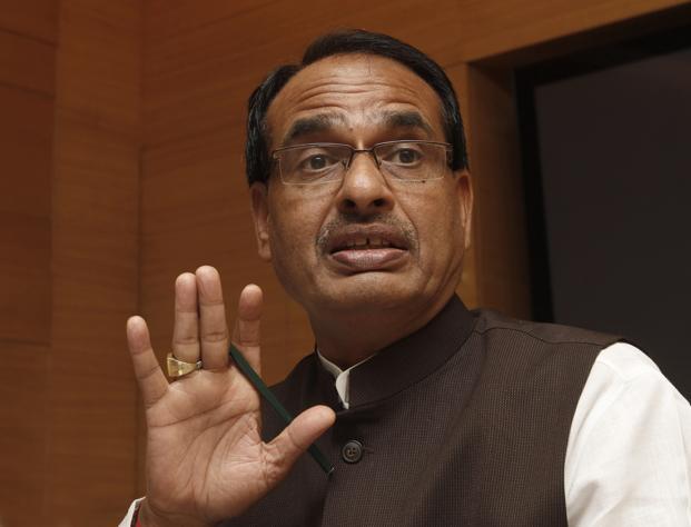Madhya Pradesh, Chief Minister, Shivraj Singh Chouhan, slams, Congress, urea, shortage, claim, NewsMobile, Mobile, News, Kamal Nath, India, Politics