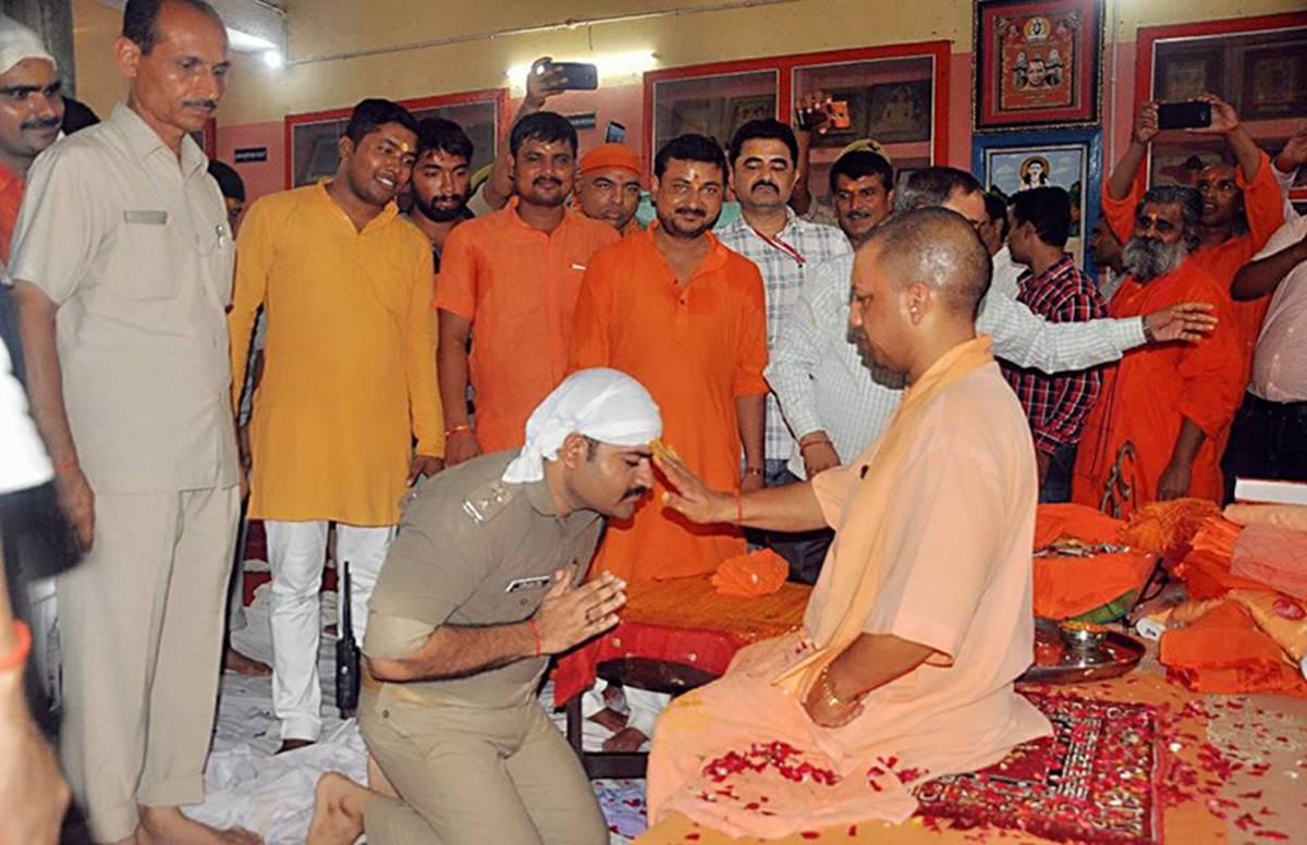 UP cop, kneel, blessing, CM, Yogi Adityanath, Uttar Pradesh, CHief Minister, Newsmobile, Mobile News, India