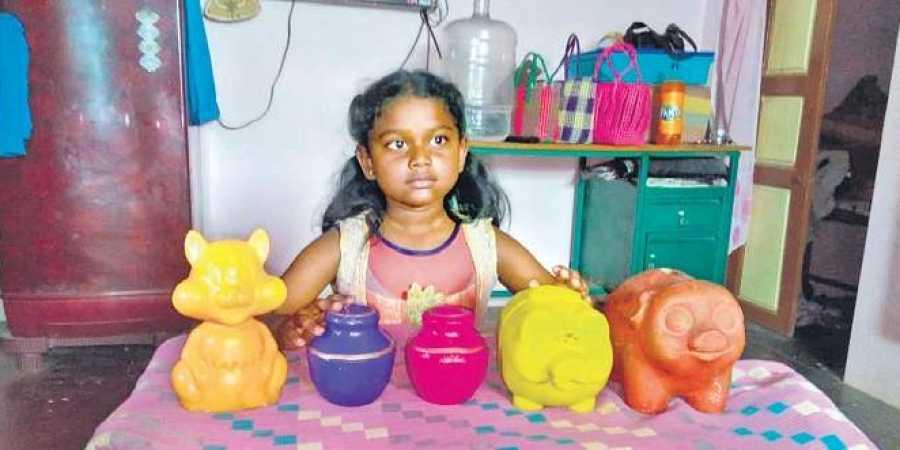8-year old, girl, donate, piggy bank, saving, Kerala, floods, Tamil Nadu, India, NewsMobile, Mobile News