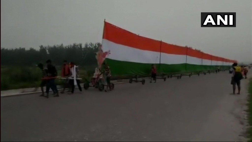 Kanwar, Pilgrims, carry, 361-feet, National Flag, memory, martyred, soldiers, Newsmobile, Mobile News, India