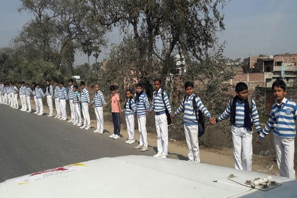 As a tribute to soldiers, people form a 700-kilometre long chain in Rajasthan