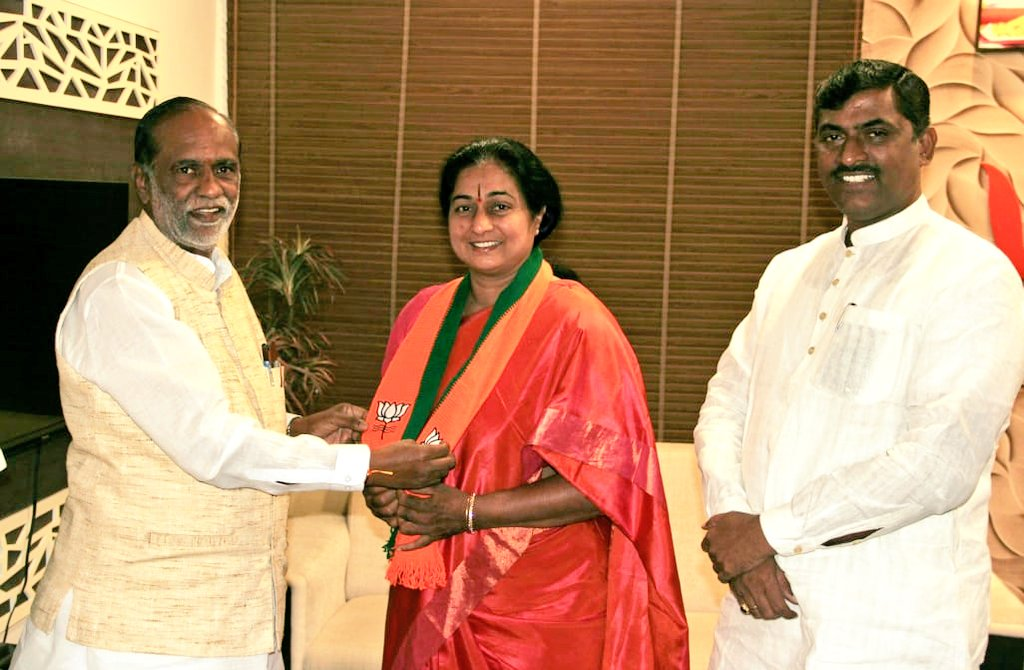 Congress, leader, wife, party worker, joins, BJP, 10 hrs, returns, NewsMobile, Mobile News, Politics, India, Telangana