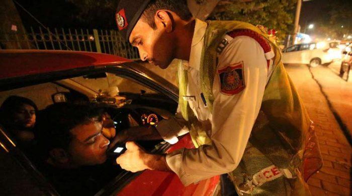Over, 500, caught, drunk, driving, New Year, Eve, Delhi, NewsMobile, Delhi Police, Mobile, News, India
