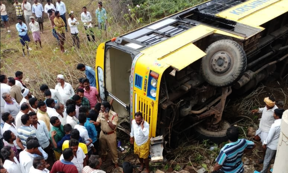 School, Bus, 50, 17 injured, School bus with 50 students fall into culvert in Andhra Pradesh, Guntur, culvert, NewsMobile, Mobile, news, India, City Scape